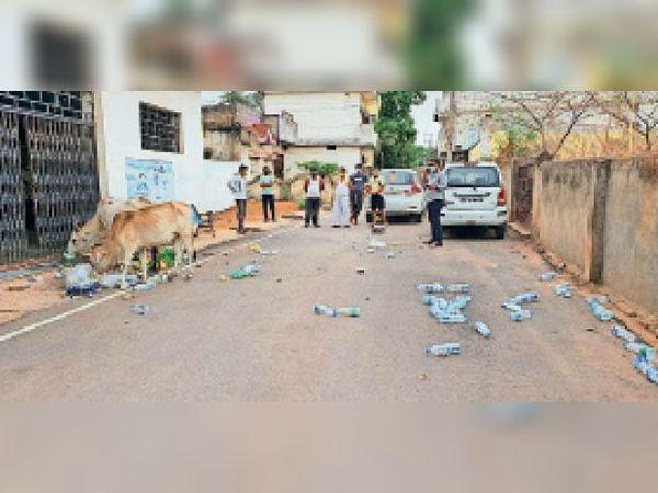 सिंधी भवन के सामने गंदगी फैलाने पर वार्डवासियों ने विरोध किया। - Dainik Bhaskar