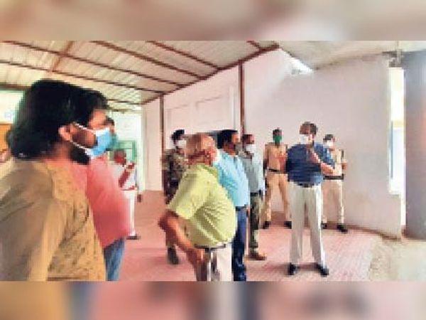 निरीक्षण के दौरान सीएस से पूछताछ करते डीएम। - Dainik Bhaskar