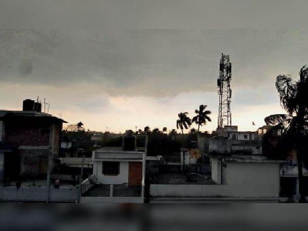 शुक्रवार को दोपहर दो बजे आसमान में घिरे बादल और छाया अंधेरा। - Dainik Bhaskar