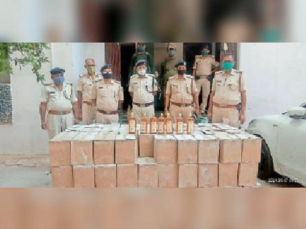 मलयपुर थाने में जब्त शराब के साथ पुलिस। - Dainik Bhaskar