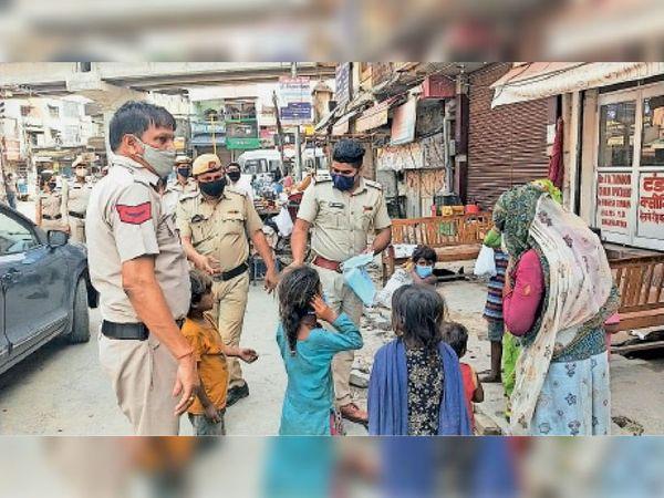 सिटी थाना पुलिस ने लोगों को मास्क बाटे व बेवजह घूम रहे लोगों के चालान भी काटे। - Dainik Bhaskar