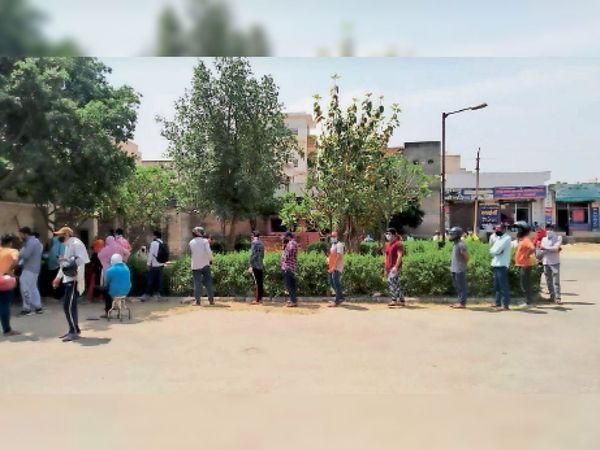 नागरिक अस्पताल में कोरोना टेस्ट कराने के लिए लाइन में लगकर अपनी बारी का इंतजार करते हुए शहर वासी। - Dainik Bhaskar