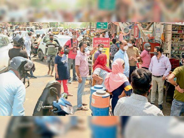 झुंझुनूं, एक नंबर रोड पर रोडवेज डिपो के बाहर दुकानों पर खरीदारी के लिए आए लोगों की भीड़। - Dainik Bhaskar