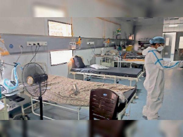 दमाेह। काेविड आईसीयू में खाली पड़े पलंग। जिन पर अब मरीजों को भर्ती करना शुरू कर दिया है। - Dainik Bhaskar
