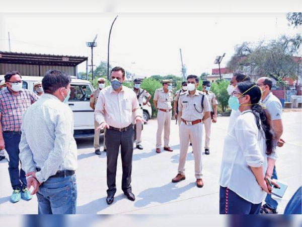 काेरोना के बढ़ते केसों के बीच व्यवस्था जांचते डीसी व एसपी। - Dainik Bhaskar