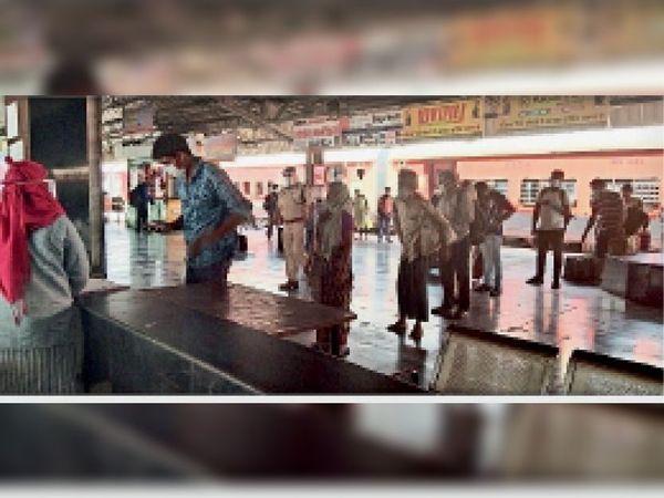 लिंक एक्सप्रेस पहुंचने पर यात्रियाें की काेविड टेस्ट करती टीम व निगरानी करते आरपीएफ जवान - Dainik Bhaskar