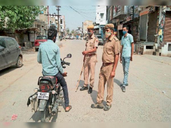 सिंघाना, बेवजह घूमने वाले लोगों से पूछताछ करती पुलिस। - Dainik Bhaskar