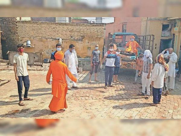 इधर, हवन-यज्ञ के दौरान ग्रामीणों को महामारी से सावधानी बरतने को जागरूक करते आर्य प्रतिनिधि। - Dainik Bhaskar