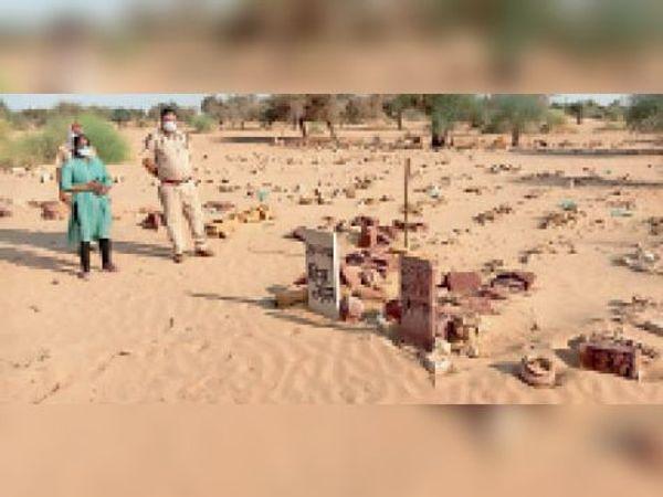 नाचना, मृतक हीराराम की कब्र के पास जांच करने पहुंचे अधिकारी। - Dainik Bhaskar