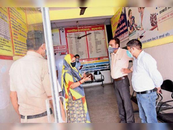 अस्पताल में मरीज से पूछताछ करते डीसी कैप्टन मनोज कुमार। - Dainik Bhaskar