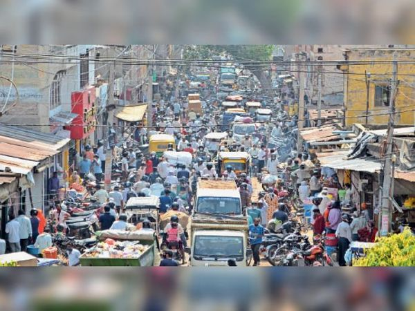 अलवर. शुक्रवार काे केडलगंज बाजार में सुबह 9.30 बजे लाेगाें की भीड़ के कारण रही जाम की स्थिति। - Dainik Bhaskar