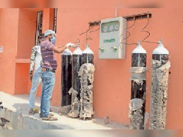 जीएनएम अस्पताल में ऑक्सीजन को चालू करते कर्मी। - Dainik Bhaskar