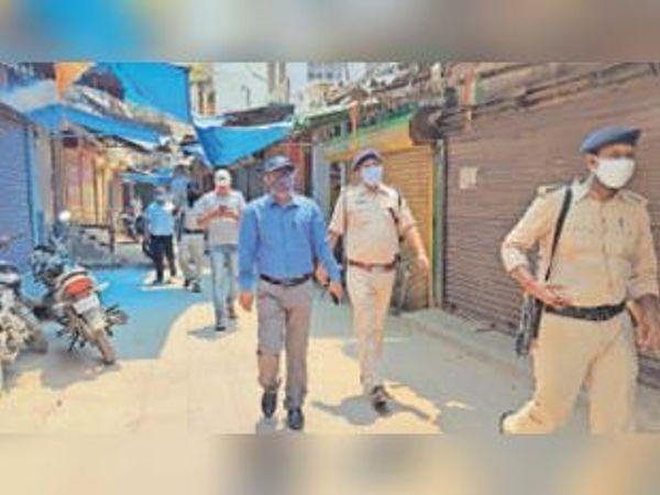 बड़ा बाजार में निरीक्षण करते एसडीएम व नगर थानाध्यक्ष। - Dainik Bhaskar