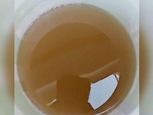 तस्वीर तिगैलिया की है। यहां शुक्रवार को सुबह 6.20  नलों में गंदा पानी पहुंचा जिसे काढ़ा कहा गया। - Dainik Bhaskar
