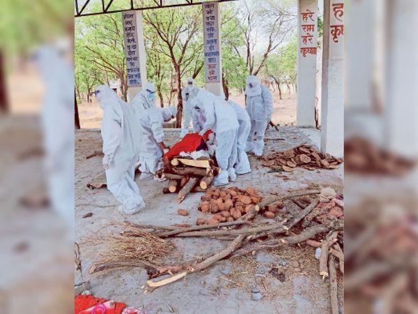 धौलपुर, शव का अंतिम संस्कार करते नगरपरिषद के कर्मी। - Dainik Bhaskar