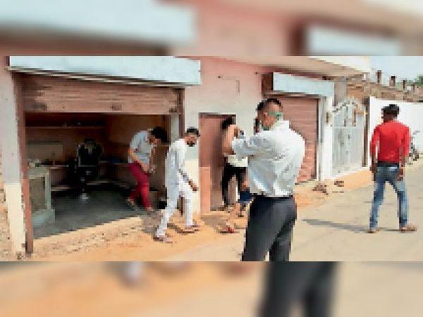 कलापुरम पर हेयर कटिंग दुकान से बाहर निकलते ग्राहक। - Dainik Bhaskar