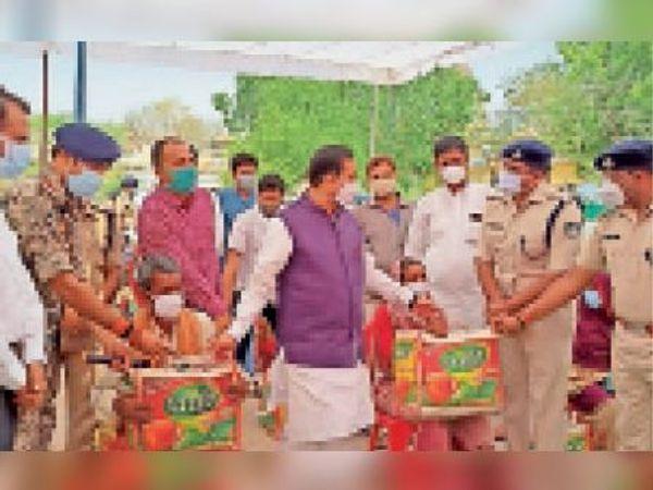 पुलिस विभाग द्वारा आयोजित कार्यक्रम में जरूरतमंद परिवारों को राशन का वितरण करते गृह मंत्री डॉ. नरोत्तम मिश्रा। - Dainik Bhaskar