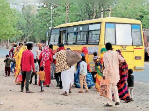 नारणावास से पाली जा रही बारात की बस को सीज कर आधों को वापिस भेजा, फोटो- साबिर अली नेपाली - Dainik Bhaskar