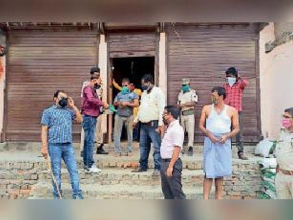आदेश का उलंघन करने वाले दुकानदार से जुर्माना वसूलते बीडीओ। - Dainik Bhaskar