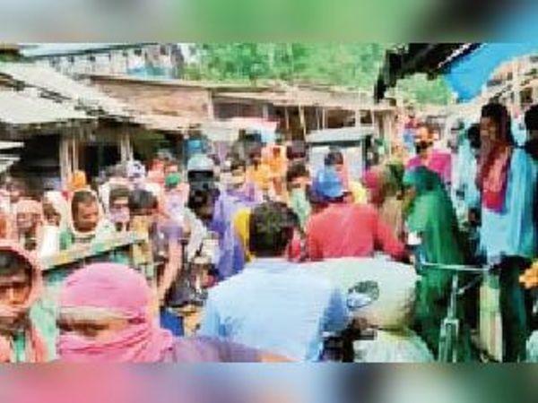 मनिहारी के बाजारों में भीड़, उड़ रही सोशल डिस्टेंस की धज्जियां । - Dainik Bhaskar