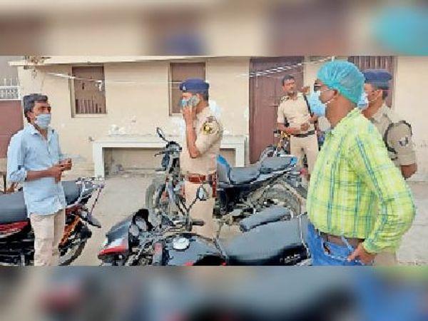 आजाद नगर में जांच के लिए पहुंचे एसडीओ व अन्य। - Dainik Bhaskar