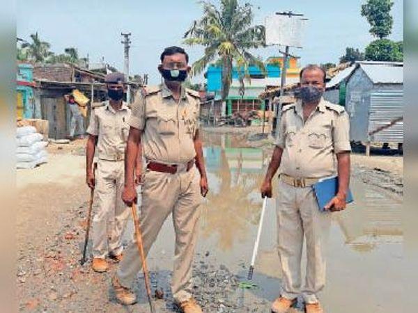 परवाहा हाट में तैनात पुलिस के जवान। - Dainik Bhaskar