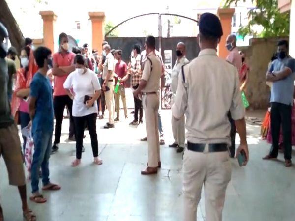 भिलाई के वैक्सीनेशन सेंटर पर भीड़ को नियंत्रित करने के लिए पुलिस बल को तैनात किया गया।