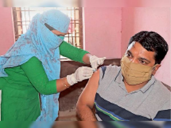 टीकाकरण केंद्र पर वैक्सीन लगवाते हुए युवा। - Dainik Bhaskar