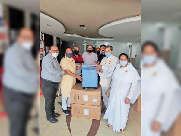 विधायक प्रमाेद विज मशीनें सुपुर्द कर वितरण का शुभारंभ करते हुए। - Dainik Bhaskar