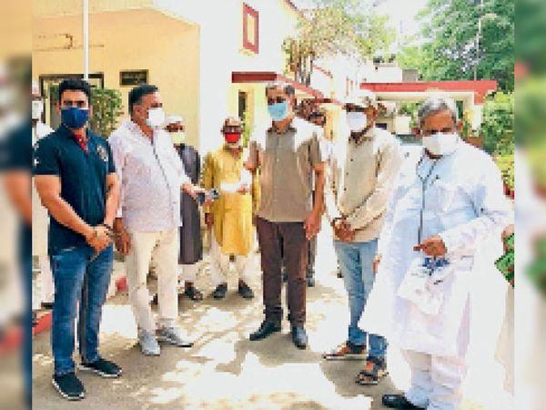 सीकर. खीचड़ परिवार ने ऑक्सीजन प्लांट के लिए 5 लाख रुपए दिए। - Dainik Bhaskar