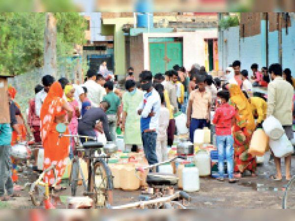 शंकर कॉलोनी में बोर के बाहर लगी भीड़। - Dainik Bhaskar