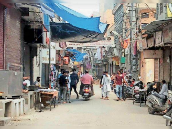 पानीपत, इंसार बाजार में चाैड़ा बाजार वाली सड़क के सामने फड़ी लगाकर सामान बेचता दुकानदार। - Dainik Bhaskar