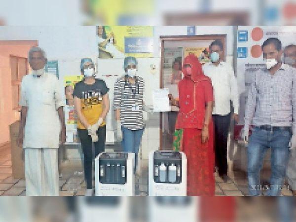 निम्बी जोधा. सीएचसी में स्टाफ को मशीनें सौंपते सरपंच व संस्था सदस्य। - Dainik Bhaskar