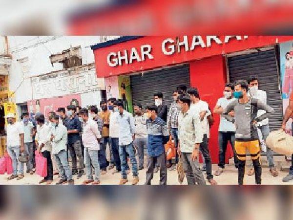 एक रेडीमेड प्रतिष्ठान में पकड़े गए सभी खरीदार व सील किए गए दुकान। - Dainik Bhaskar