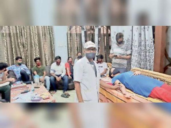 भारत विकास परिषद से जुड़ी भारती और उनका परिवार रक्तदान करता हुआ। - Dainik Bhaskar