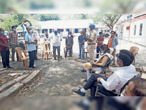 होम डिलीवरी को लेकर व्यापारियों को निर्देश देते एसडीएम। - Dainik Bhaskar
