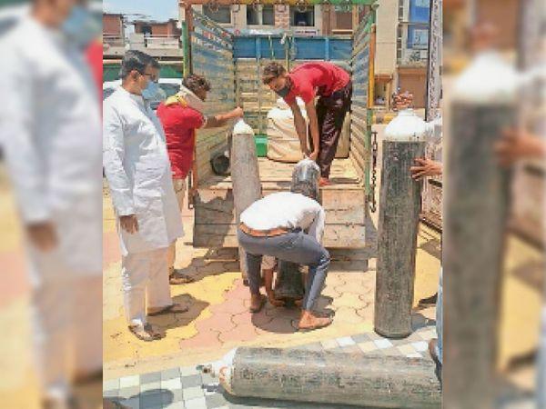 विधायक रामचंद्र दांगी ऑक्सीजन सिलेंडरों के लिए लगातार काम कर रहे हैं। - Dainik Bhaskar