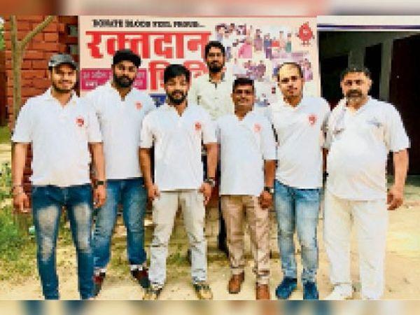 थैलेसीमिया पीड़ित को ब्लड देने वाली टीम के सदस्य। - Dainik Bhaskar