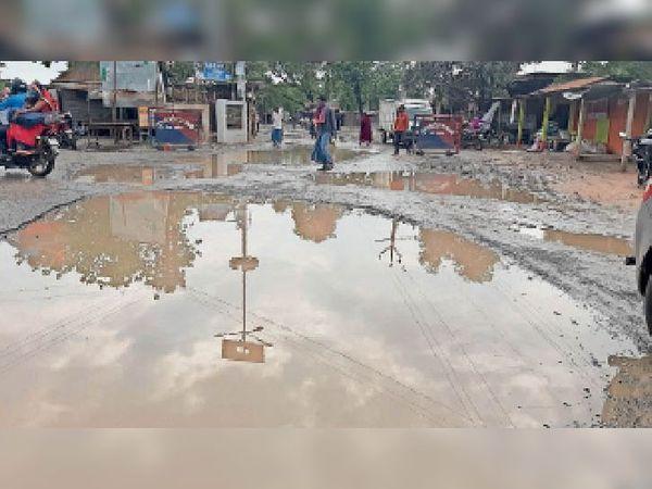 हत्ता चौक में सड़क पर जमा बारिश का पानी। - Dainik Bhaskar