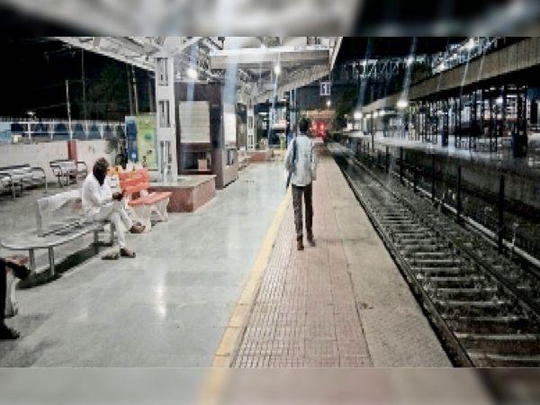 हिसार रेलवे स्टेशन से नदारद जीआरपी के जवान। - Dainik Bhaskar