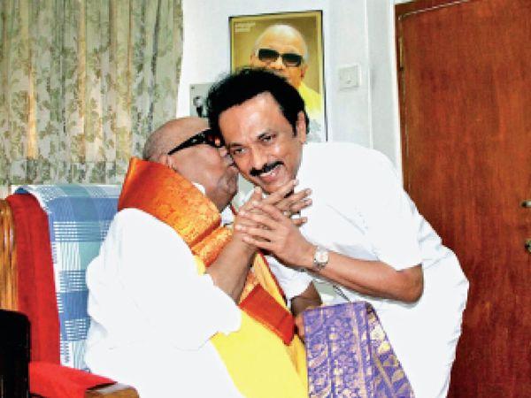 पिता करुणानिधि के साथ स्टालिन। - Dainik Bhaskar