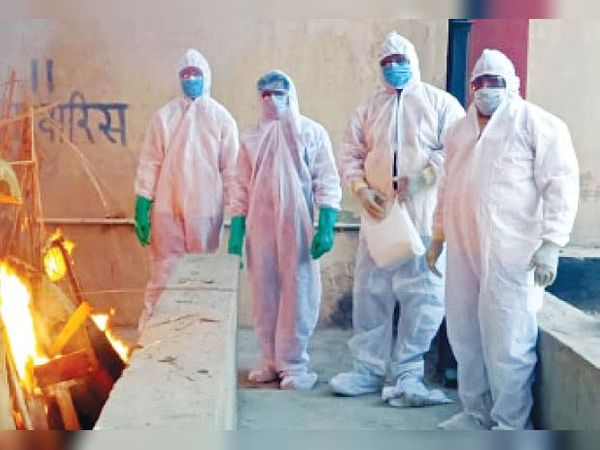 कोरोना संक्रमण से जान गंवाने वालों को अपनों के कंधे नसीब नहीं हो पा रहे। - Dainik Bhaskar