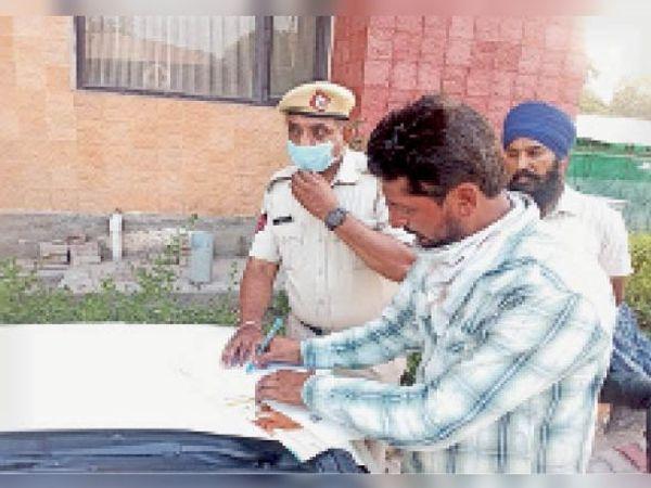 अम्बाला | सिविल अस्पताल कैंट में कार्रवाई करती पुलिस। - Dainik Bhaskar