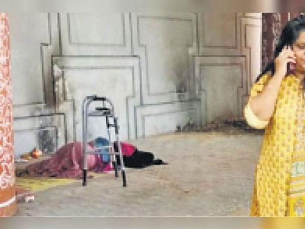 महिला को सखी सेंटर भेजने के लिए कॉल करती हुई लेडी जज रैना शर्मा। - Dainik Bhaskar