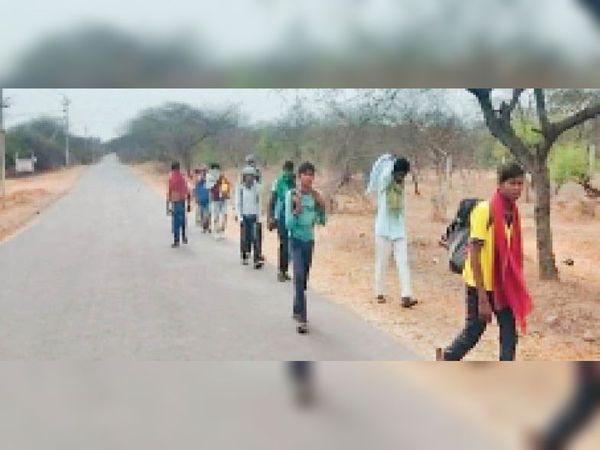 लाकडाउन में पैदल घर वापसी करते हुए प्रवासी - Dainik Bhaskar