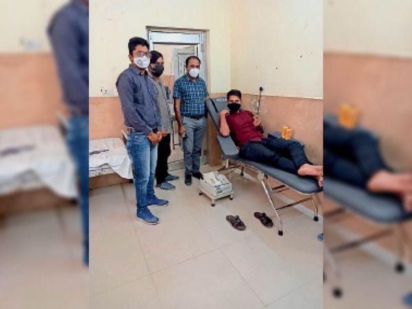 जिला अस्पताल के ब्लड बैंक में रक्तदान करता युवक। - Dainik Bhaskar