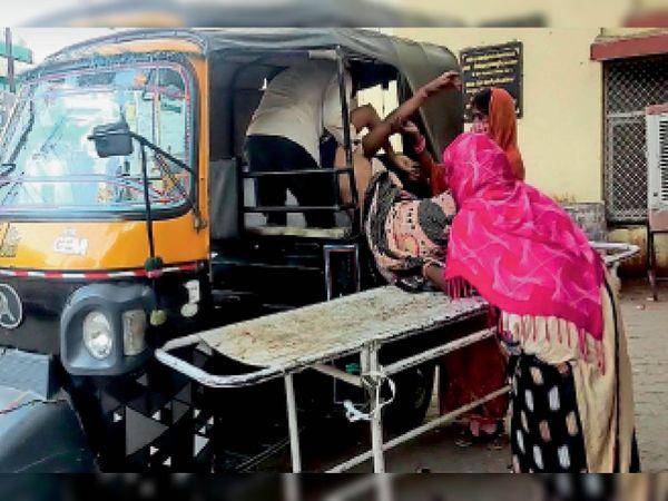 अस्पताल में महिला की मौत के बाद ऑटो रिक्शा से शव ले जाते परिजन। - Dainik Bhaskar