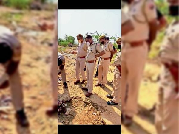 नमाना रोड. हत्या के बाद मौका मुआयना करते पुलिस के अधिकारी। - Dainik Bhaskar