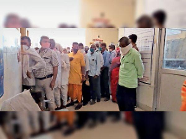 कलेक्ट्रेट पीएचसी में टीकाकरण के लिए लगी भीड़। - Dainik Bhaskar