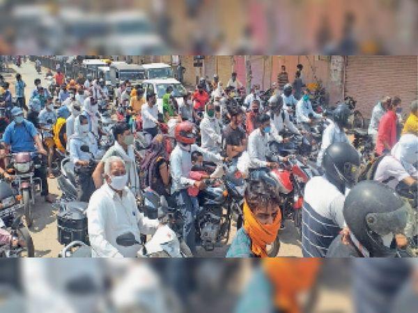 बांदीकुई के बसवा रोड स्थित सब्जी मंडी में उमड़े लोगों के कारण लगा जाम। - Dainik Bhaskar